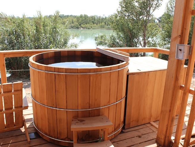 hot tub In Red Cedar Wood, Ofuro, installation bain nordique storvatt, installation bain nordique, installation spa, Hot tub in red cedar wood